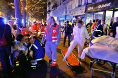 Überlebende des Terroranschlags im Bataclan werden von den Sanitätern betreut. (Bild: Thibault Camus)