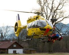 Ein Rettungshelikopter im Einsatz. (Bild: EPA/Sven Hoppe)