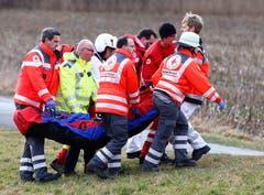 Rettungskräfte versorgen einen Verletzten. (Bild: AP/Matthias Schrader)