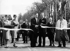 Assistiert vom damaligen Präsident des Organisationskomitees, Ständerat Despland, Mitte rechts, eröffnet Bundespräsident von Moos, Mitte, 1964 in Lausanne die Landesausstellung (Bild: Keystone / Str)