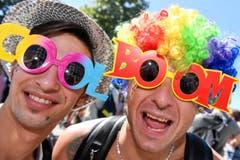 Raver mit lustigen Brillen. (Bild: Keystone)