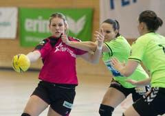 Spono-Topskorerin Lisa Frey (links) gegen die Zugerinnen Ariane Geissmann (mitte) und Stefanie Javet. (Bild: Corinne Glanzmann)
