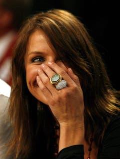 Schauspielerin Cameron Diaz versucht am 18. Februar 2007 während eines NBA-All-Star-Spiels ihr Lachen mit der Hand zu verbergen. (Bild: Keystone)