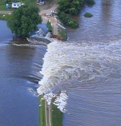 Bei Fischbeck brach ein Damm. (Bild: Keystone)