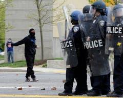 Ein Vermummter, wohl bei einer Mutprobe. (Bild: AP Photo/Patrick Semansky)