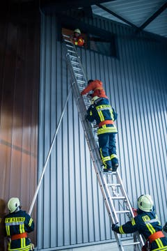Die Feuerwehr Kerns rettet eine Person aus einem Gebäude. (Bild: Roger Grütter / Neue LZ)