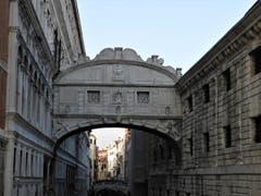 """""""Seufzer-Brücke"""" das ist der Name dieser Sehenswürdigkeit in Venedig. Ja, jeder der Gefangenen, der damals diese Brücke überqueren musste, machte das kaum ohne einen tiefen """"Seufzer"""". (Bild: Margrith Imhof-Röthlin)"""