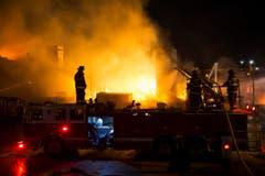 In der Nacht auf Dienstag muss die Feuerwehr Brände löschen.i) (Bild: Keystone / Evan Vucci)