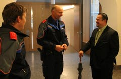 SVP-Kandidat Xaver Schuler unterhält sich mit den Polizisten. (Bild: Geri Holdener)