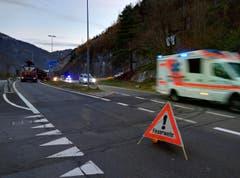 Rettungsdienst und Polizei unterwegs zum Unfallort. (Bild: Geri Holdener)