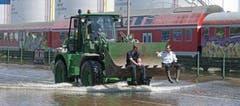 Ein Bagger transportiert Personen durch das Hochwasser in Magdeburg. (Bild: Keystone)