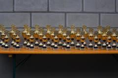 Hellebardenlauf Sempach Die Pokale für die drei Ersten jeder Klasse. (Bild: Beat Blättler)