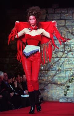 Model Ivanka Trump läuft in Lederhosen und Bustier für Vivienne Westwood über den Catwalk (Februar 1999). (Bild: Keystone)