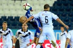 Marco Schneuwly (links) von Luzern im Spiel gegen Orlando Urbano. (Bild: Keystone/ Urs Flüeler)