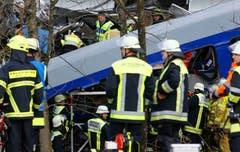 Rettungskräfte im Einstz. (Bild: AP/Matthias Schrader)