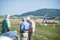 Besucher verfolgen die Flugdemonstration der Motorschirme. (Bild: Keystone / ENNIO LEANZA)