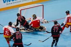 Im Bild: Kevin Kuczmarski schiebt zum 1:0 für Kanada ein. (Bild: Stefan Kaiser (Neue Zuger Zeitung)PHOTO)