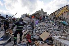 Rettungskräfte suchen in den Trümmern von Amatrice nach Überlebenden. (Bild: AP / Alessandra Tarantino)