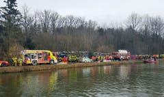 Rettungskräfte bei der Unglücksstelle in der Nähe von Bad Aibling. (Bild: AP/Sebastian Stepniewski)