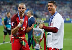 Cristiano Ronaldo (rechts) und Pepe mit dem Pokal. (Bild: Keystone)