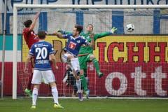 Vaduzs Mario Bühler (links) erzielt das 1:1 gegen Luzerns Francois Affolter (mitte) und David Zibung (Bild: Philipp Schmidli)