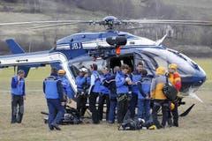 Rettungskräfte bereiten sich auf ihren Einsatz vor. (Bild: Keystone)