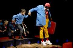 Clown Rob Torres holt einen Buben aus dem Publikum in die Manege. (Bild: Keystone)