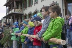 Sie passen auf die «Grotzli» der «Buizis» auf, während diese ihre Spässe treiben auf dem Dorfplatz. (Bild: André A. Niederberger)
