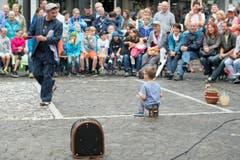 Der Strassenkünstler Rufino Clown, links, aus Italien mit einem Gast bei einer Show am Samstag in Brunnen. (Bild: Urs Flüeler/Keystone)