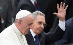 Kubas Präsident Raul Castro winkt, während er Papst Franziskus am Flughaven in Havana, begleitet. (Bild: Keystone)