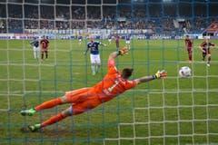 Luzerns Markus Neumayr (oben mitte) erzielt das 2:1 gegen Vaduz.Torwart Peter Jehle auf Penalty. (Bild: Philipp Schmidli)