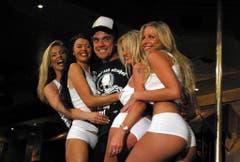 Frauenmagnet: Robbie Williams' Mischung aus Bad Boy und Spitzbub kommt bei den Damen gut an. Zudem feiert der Brite gerne ausgiebig, wie hier 2003 in einem Stripklub in Melbourne. (Bild: Keystone)