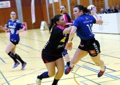 Ria Estermann vom LK Zug (rechts) versucht den Ball aufs Tor zu bringen. (Bild: Werner Schelbert)