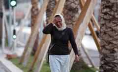 Eine Frau sucht am Ort des Attentats nach ihrem Sohn. (Bild: AP/Luca Bruno)