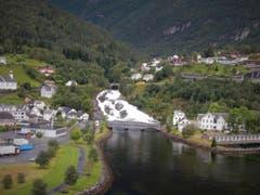Wunderschön am See gelegen, ist Hellesylt in Norwegen! (Bild: Margrith Imhof-Röthlin)