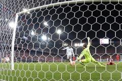 Der Engländer Danny Welbeck erzielt das 1:0. (Bild: Keystone/Peter Klaunzer)