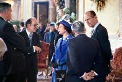 Bundesrat Kurt Furgler, links, unterhält sich am 29. April 1980 in den Wandelhallen des Bundeshauses in Bern mit Queen Elizabeth II. und ihrem Mann Prinz Philipp, die zu einem Staatsbesuch in die Schweiz gekommen sind. (Bild: Keystone)