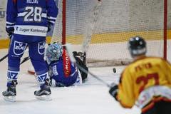 Da musste sich der Zuger Goalie Livio Blaser geschlagen geben. (Bild: Stefan Kaiser (Neue ZZ))