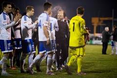 Buochs-Trainer David Andreoli (zweiter von rechts) bedankt sich nach Spielschluss bei seinen Spielern. (Bild: Keystone)