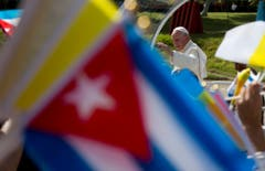 Papst Franziskus im Papa-Mobil. (Bild: Keystone)