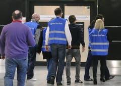 Care-Team bringt Angehörige auf dem Flughafen Düsseldorf weg. (Bild: Keystone)