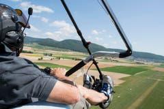 """Toni Roth fliegt an der Flugdemonstration der Motorschirme unter dem Motto """"Piste frei für elektrische Ultraleichtflugzeuge"""". (Bild: Keystone / ENNIO LEANZA)"""