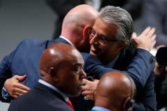 Der neue FIFA-Präsident Gianni Infantino nimmt die Gratulation seines Herausforderers Scheich Salman bin Ibrahim al-Khalifa von Bahrain,entgegen. (Bild: AP/Michael Probst)