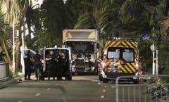 Polizisten stehen vor dem Unglück bringenden LKW. (Bild: FRANCK FERNANDES)