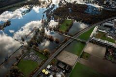 Eine Luftaufnahme zeigt die Überschwemmungen um den Lago Maggiore und die Autobahn A13 bei Tenero. (Bild: Keystone)