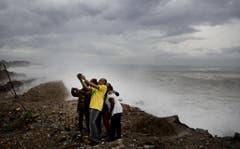 Ein Selfie mit den 3 bis 4 Meter hohen Wellen in Kingston auf Jamaika. (Bild: Keystone)