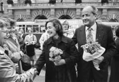 Elisabeth Kopp verlässt am 2. Oktober 1984 zusammen mit ihren Ehemann Hans W. Kopp das Bundeshaus und lässt sich als erstes weibliches Mitglied der Landesregierung von der Bevölkerung feiern. (Bild: Keystone)
