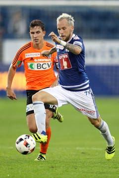 Luzerns Markus Neumayr im Duell mit Lausanne Sports Olivier Custodio. (Bild: Philipp Schmidli / Luzerner Zeitung)