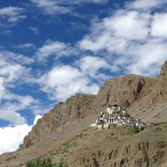 """Hoch oben auf einem Felsvorsprung, die """"Kye Gompa"""", das grösste buddhistische Kloster in der Bergwelt von Spiti in Nordindien, wohin Ruth und Walter Odermatt mittlerweile von Nepal aus weiter gereist sind. (Bild: Walter Odermatt)"""