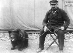 Schausteller Otto Baader zieht mit einem Bär umher, 1930er-Jahre (Bild: Archiv Max Stoop)